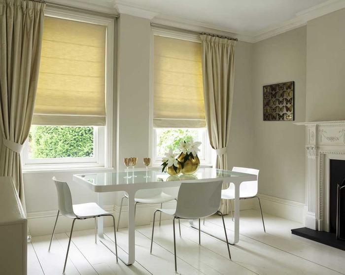 Белые римские шторы на пластиковые окна фото