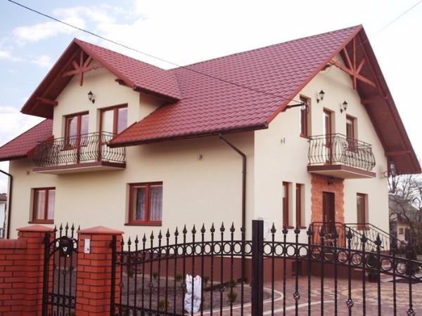 Красная крыша из металлочерепицы