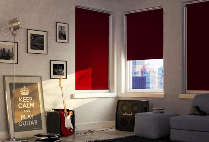 """Красные римские шторы на пластиковые окна фото """"Блэк аут"""""""