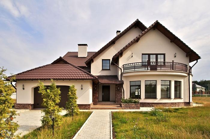 Красивый дом с гаражом под одной крышей фото