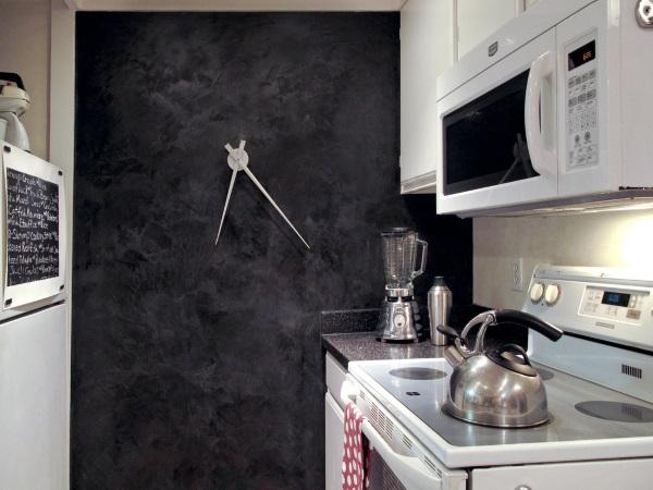 Черная венецианская штукатурка на кухне фото