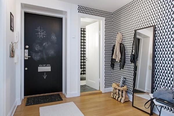 Чёрно-белые обои для коридора в квартире