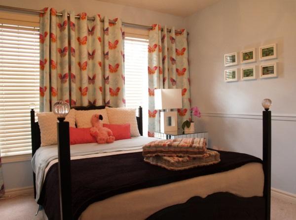 Белые шторы на люверсах в спальню с оранжевым узором
