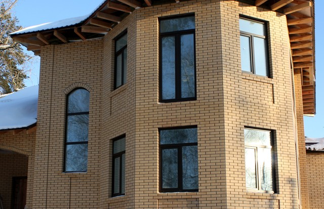 Декоративная отделка фасада дома кирпичом