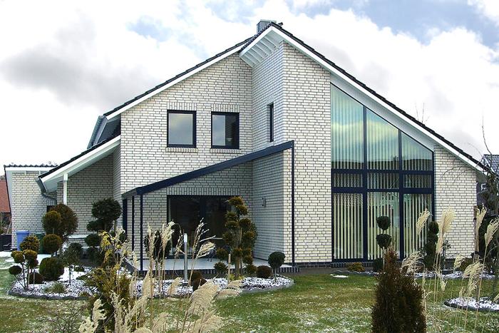 Декоративная отделка фасада дома белым кирпичом фото