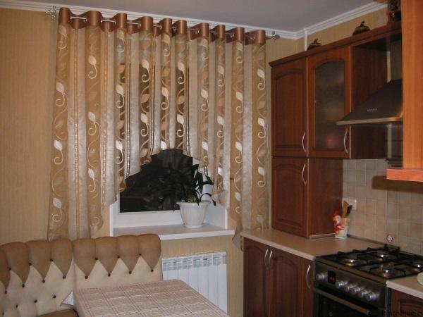 Короткие шторы на кухню на люверсах бежевого цвета
