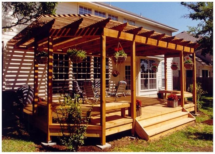 Деревянная веранда пристроенная к дому
