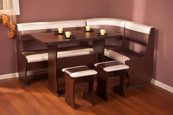 Уютный кухонный уголок со столом фото