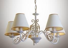 Белые потолочные светильники в стиле прованс