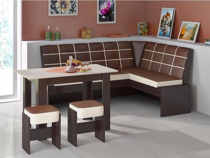 Уютный кухонный уголок со столом