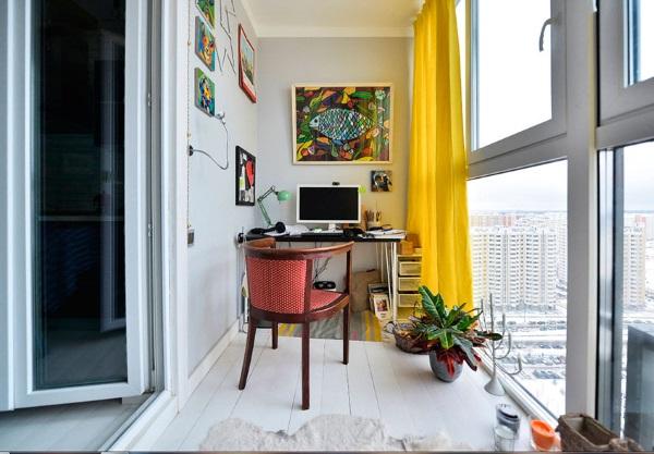 Уютный кабинет в квартире на балконе фото