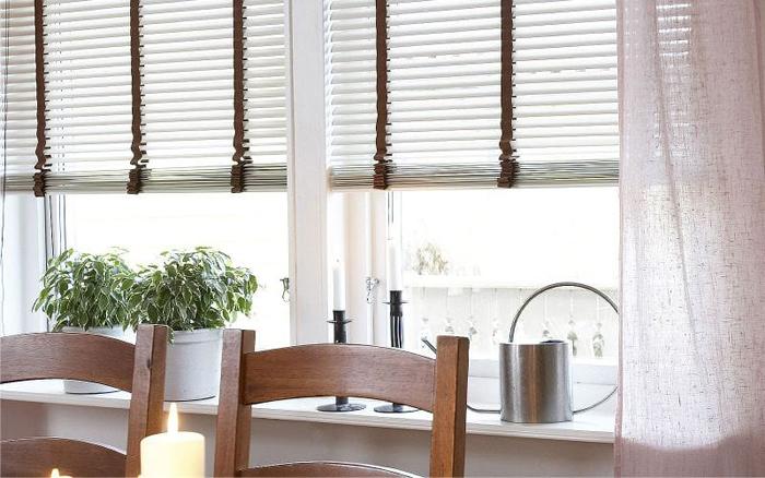 Белые горизонтальные жалюзи на кухню фото