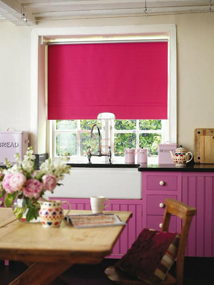 Тканевые жалюзи на кухню в малиновом цвете
