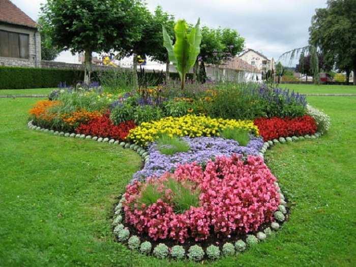 Как красиво посадить цветы около дома