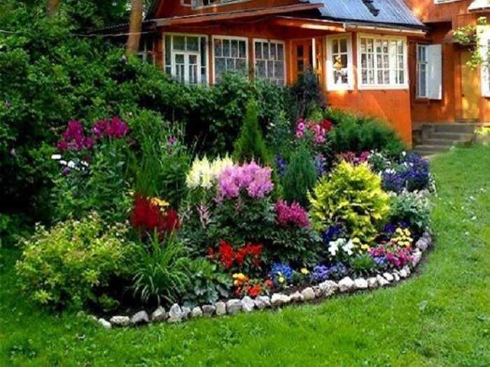 фото цветочные клумбы во дворе частного дома