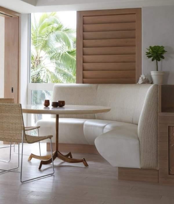 красивый мягкий угловой диван на кухне