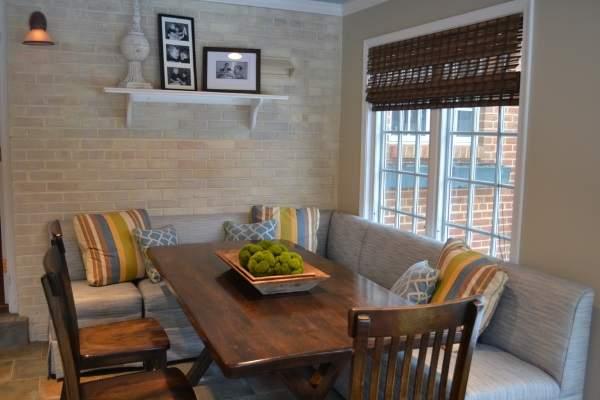 раскоадной угловой диван на кухню в полоску