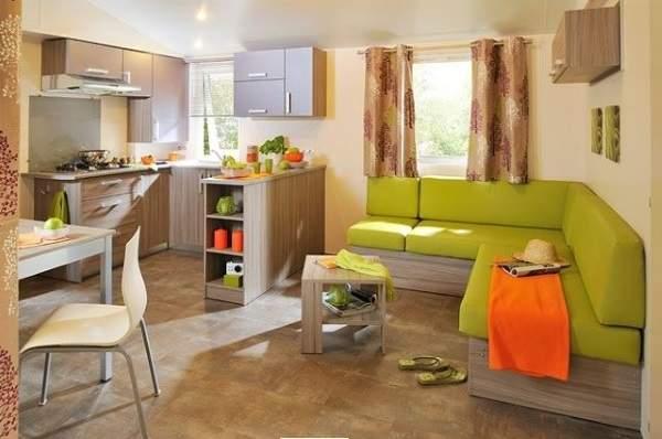 угловой диван на кухне в квартире студии