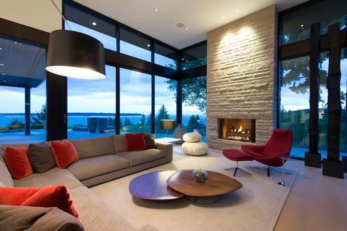 дизайн гостиной с двумя угловыми окнами