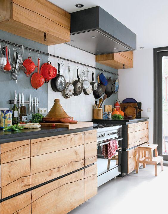 Кухня из дерева в светлых тонах