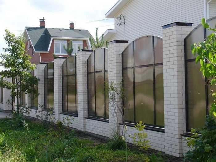 фото забор для частного дома из поликарбоната