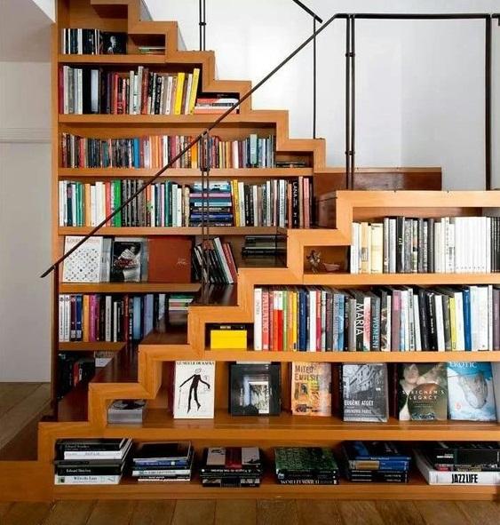 Книжный шкаф под лестницей в частном доме фото