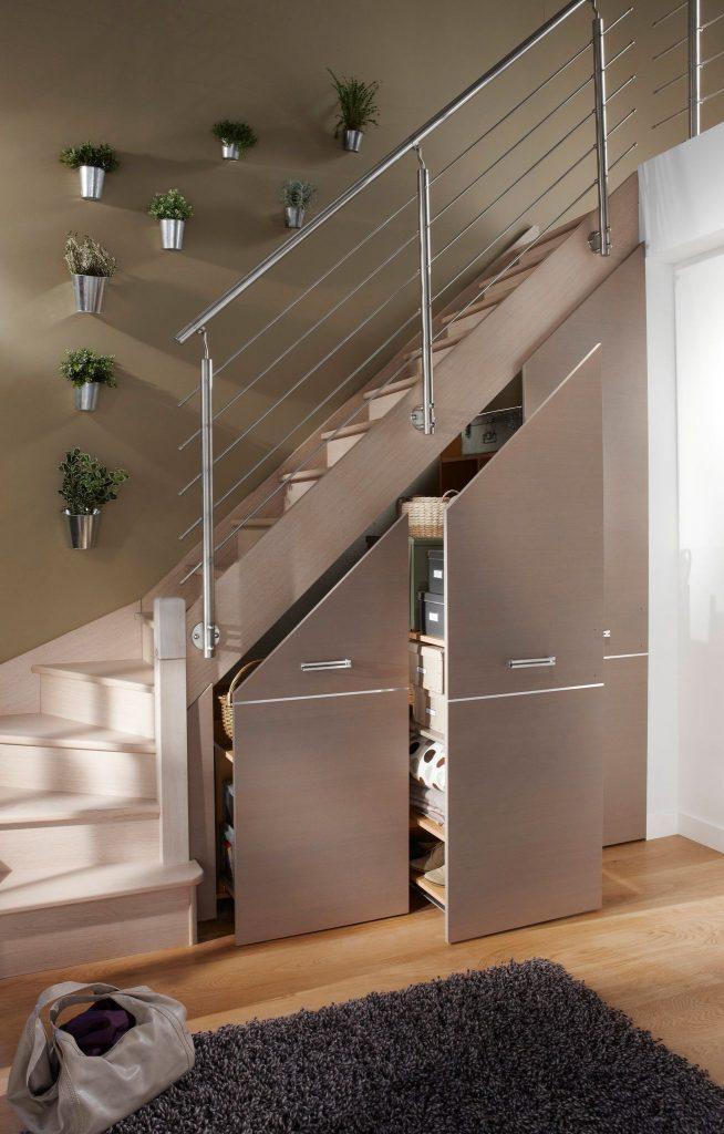 шкафы под лестницей в загородном доме
