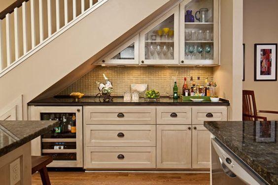 Кухонные шкафы под лестницей в доме