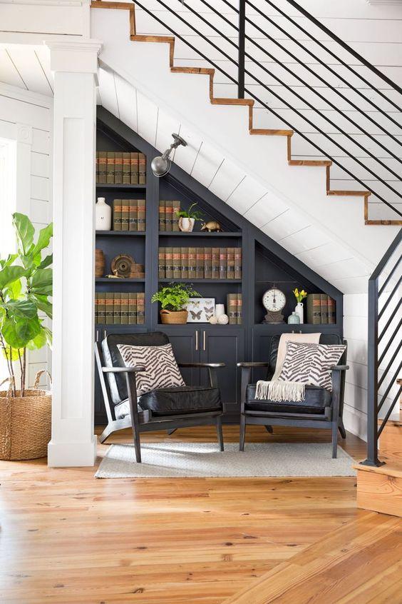 Дизайн шкафа под лестницей