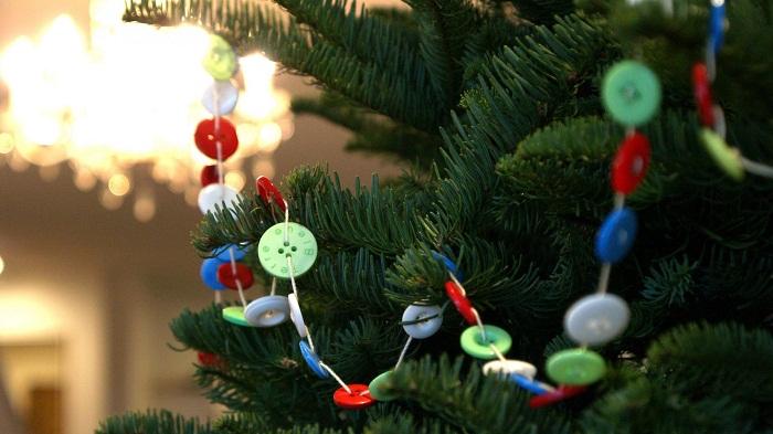 Новогодние украшения гирлянды своими руками из пуговиц
