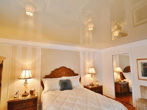 глянцевый натяжной потолок в спальне, фото 4