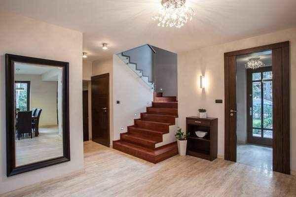 дизайн прихожей в частном доме с лестницей, фото 17