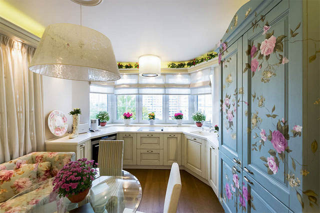 дизайн кухни в стиле прованс с цветочными мотивами