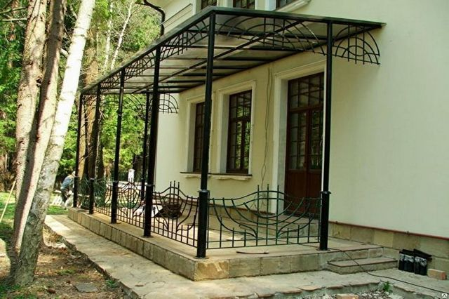 дизайн крыльца дома и металла