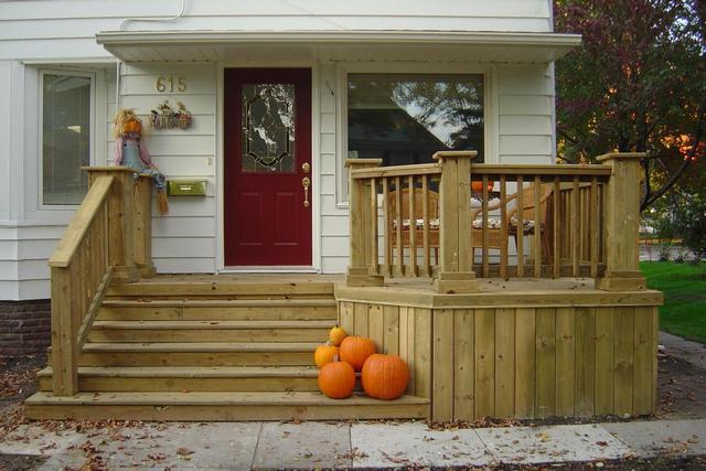 дом с деревянным крыльцом
