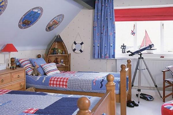 интересный интерьер детской спальни для мальчиков в мансарде