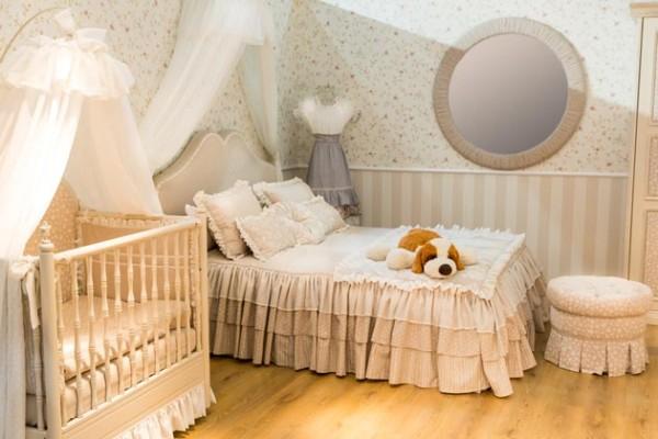 интерьер маленькой спальни с детской кроваткой