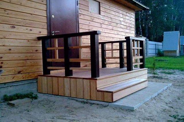 крыльцо загородного дома деревянное