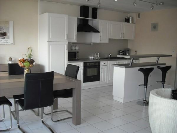 кухонная мебель в чёрно-белых тонах в дизайне квартиры студии