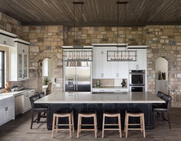 кухонная мебель в стиле кантри с большим обеденным столом