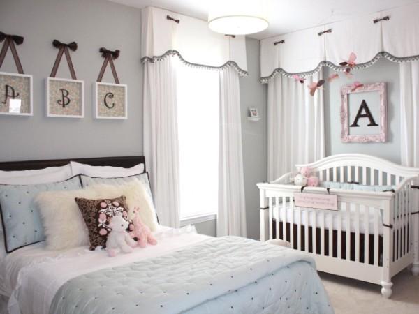 милый интерьер спальни с детской кроваткой