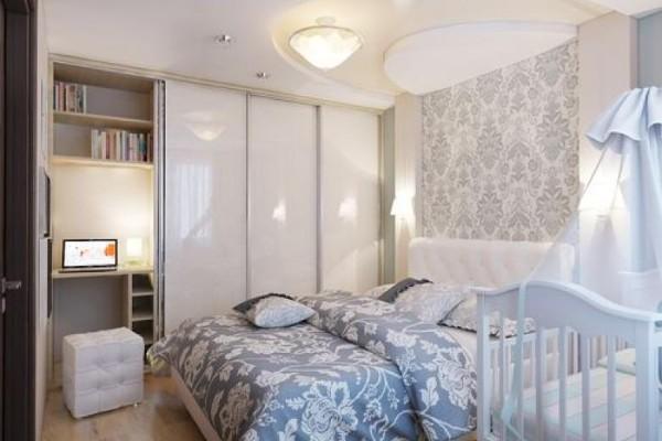 небольшой интерьер спальни с детской кроваткой в голубых тонах