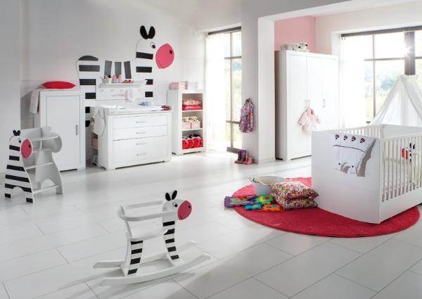 просторнный интерьер детской спальни в белых тонах
