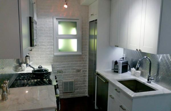 светлая кухонная мебель для узкой кухни