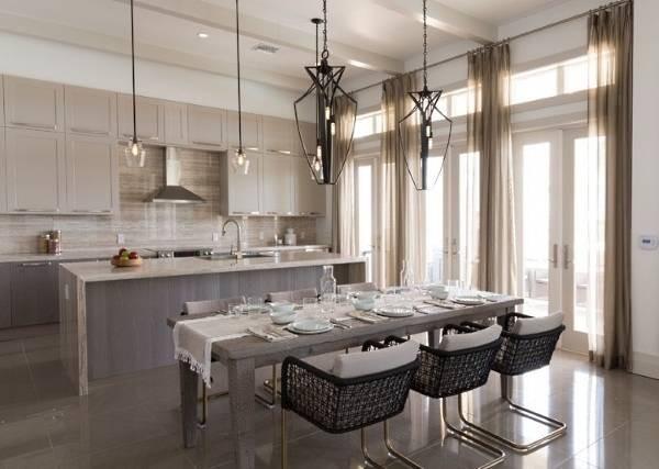 светло бежевая стильная кухонная мебель с обеденной зоной