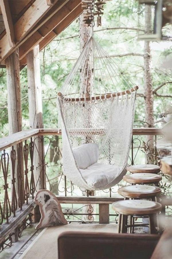 балкон с плетённым гамаком
