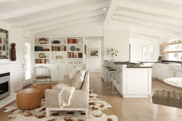 белая гостиная объединённая с кухней в мансарде