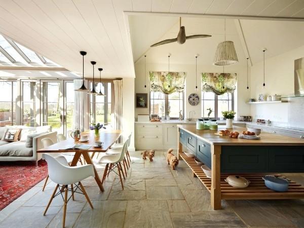 дизайн гостиной объединённой с кухней интересная геометрия крыши