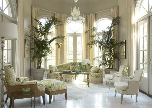 эффектный светло-бежевый интерьер гостиной с растениями