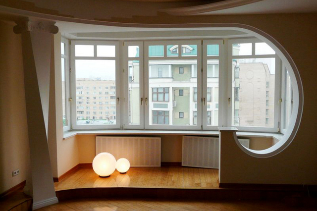интерьер комнаты с балконом